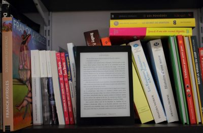 Picture Kobo Aura in Book Shelf